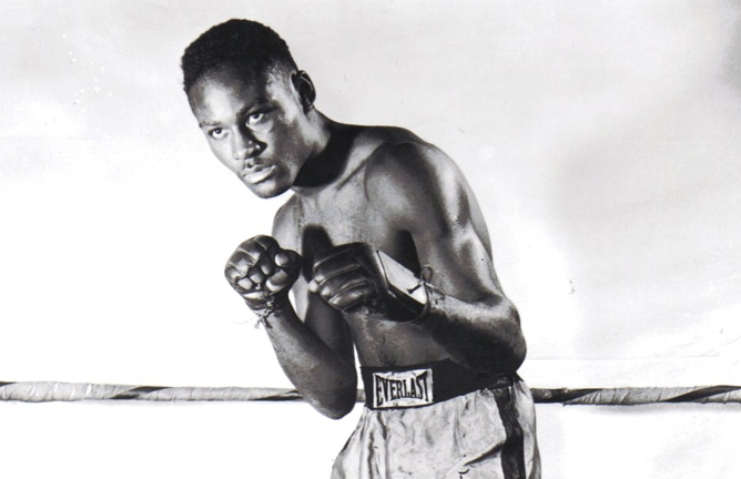 Ezzard Charles defeats Archie Moore