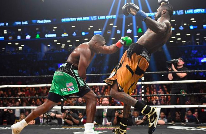 Round 7: Luis 'King Kong' Ortiz unloads on Wilder who was visibly shaken up.