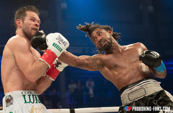 Andrade en route to victory against Irishman, Keeler. Photo Credit: www.proboxing-fans.com