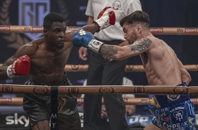 Rounds were tight to score with Davies having marginally more success on the inside Photo Credit: Scott Rawsthorne / MTK Global