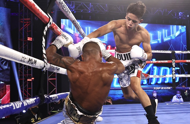 Robson Conceicao climbed off the canvas to beat Luis Corea Photo Credit: Mikey Williams/Top Rank