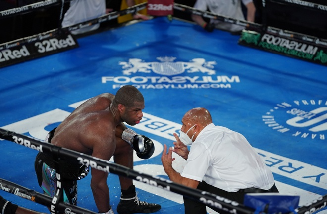 Dubois took a knee in the tenth round and did not make referee Iain John Lewis' count Photo Credit: Round 'N' Bout Media/Queensberry Promotions