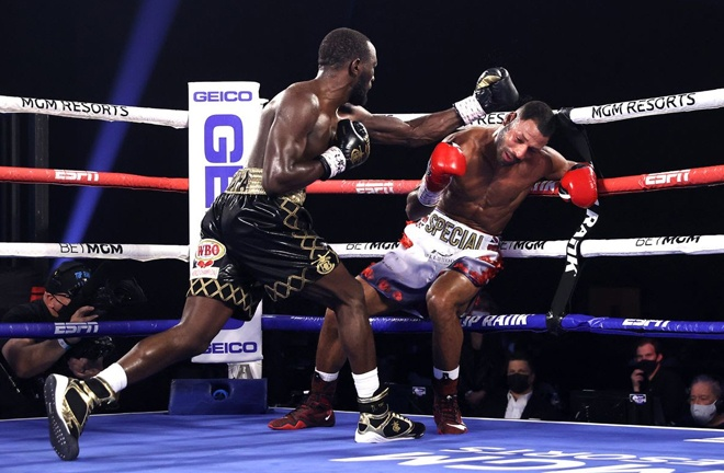 Crawford made the crucial breakthrough in the fourth round to halt the brave Brook Photo Credit: Please credit Mikey Williams/Top Rank via Getty Images
