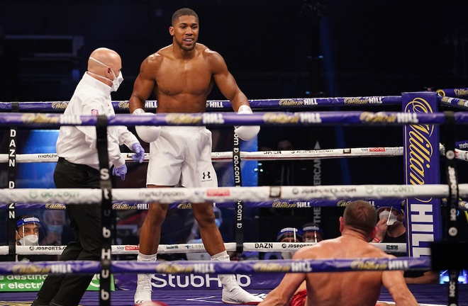 Joshua knocked down Pulev in round three Photo Credit: Dave Thompson/Matchroom Boxing