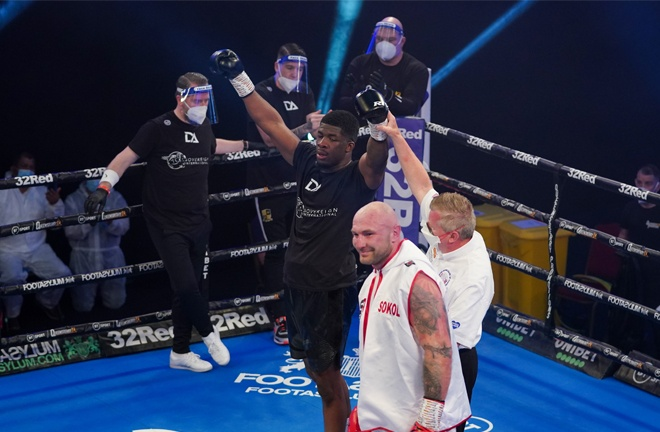 Adeleye preserved his undefeated record Photo Credit: Round 'N' Bout Media/Queensberry Promotions