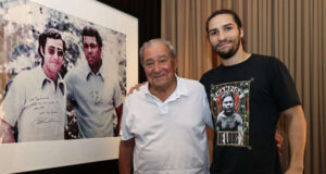 Nico Ali Walsh alongside Bob Arum who promoted 27 of his grandfather's bouts Photo Credit: Mikey Williams/Top Rank